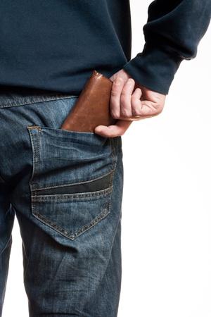 bolsa dinero: Un hombre que toma su billetera en el bolsillo para ilustrar la economía, el consumo, la crisis financiera