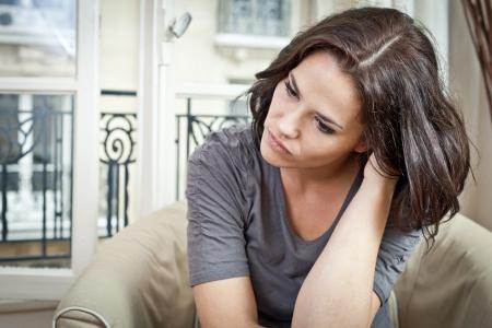 nerveux: Portrait d'une belle femme penser et d'air inquiet