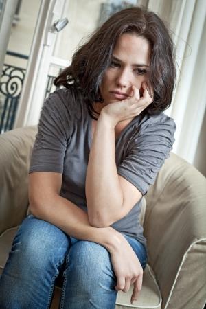 femme triste: Portrait d'une femme agr�able � regarder triste Banque d'images