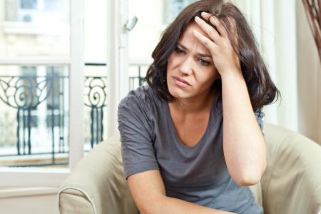 hoofdpijn: Portret van een mooie vrouw met een gezicht uitdrukking pijn
