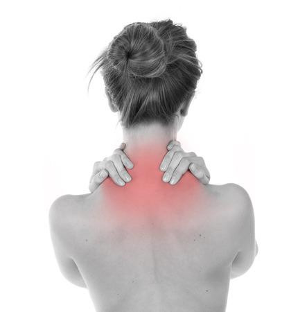 trapezius: Mujer que tiene dolor de nuca y trapecio, aislado en blanco