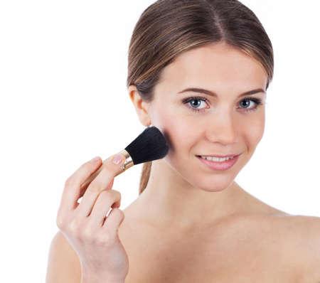 mujer maquillandose: Close up retrato de una bella mujer de aplicar el maquillaje, aislado en blanco Foto de archivo