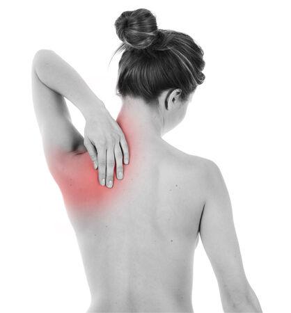 epaule douleur: Femme ayant la douleur sur son dos, isolé sur blanc