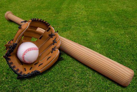 Batte de baseball, gants de balle et isolé sur un champ d'herbe Banque d'images - 2110834