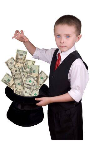 adivino: ni�o vestido como un mago con sombrero lleno de dinero aislados durante un fondo blanco
