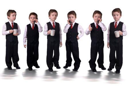 Knappe aantrekkelijke jonge jongens gekleed in pak met een mobiele telefoon en koffie kopjes in handen geleid door een visionaire geïsoleerd op een witte achtergrond. Stockfoto