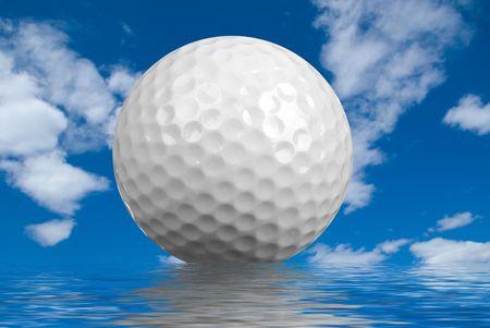 Golf ball close-up geïsoleerd op een bewolkte hemelachtergrond met water reflectie