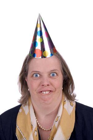 Vrouw met Funny expressie het dragen van een partij hoed geïsoleerd via blauw