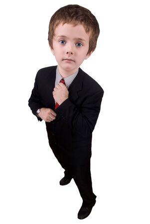 primp: Uomo d'affari che adegua la sua cravatta rossa isolati su bianco