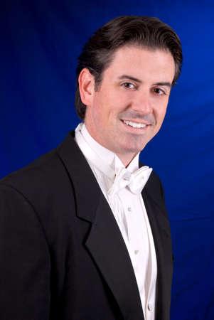 tuxedo man: Smoking uomo isolato su uno sfondo blu sfumato