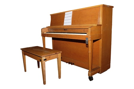 piano: Oude piano en bank die over witte achtergrond met clipping path