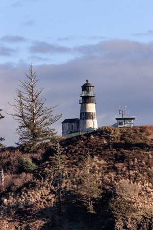 bright lighthouse in pacific norhtwest overlooking pacific ocean Stock Photo