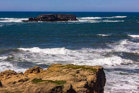 white waves coming into rock shore Foto de archivo