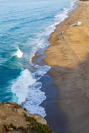 cliff top view of california beach shoreline waves breaking into distance 免版税图像
