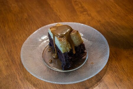 caramel de leche dripping down the edges of a cake slice 免版税图像