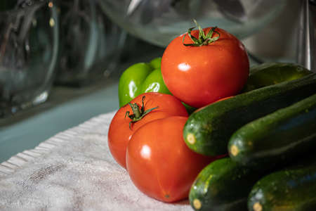 bright red tomatoes and deep green zucchini on clothe Zdjęcie Seryjne - 156884429
