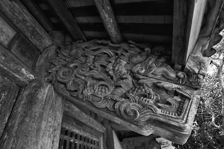 tallado en madera: talla de madera antigua en la pagoda Quan Lan