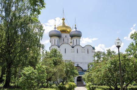 Russian Orthodox monastery church in sunny weather blue sky. Standard-Bild - 101174121