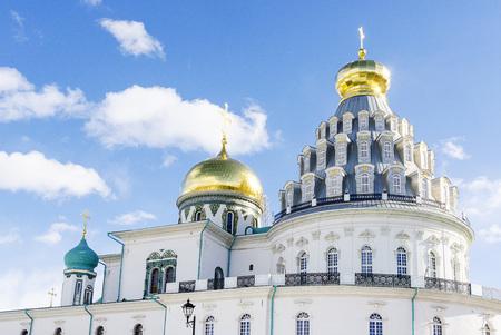 Russian Orthodox monastery church in sunny weather blue sky. Standard-Bild - 101246064
