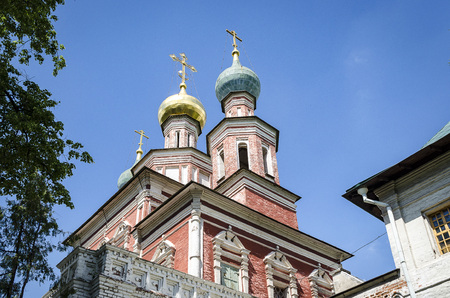 Russian Orthodox monastery church in sunny weather blue sky. Standard-Bild - 101203090