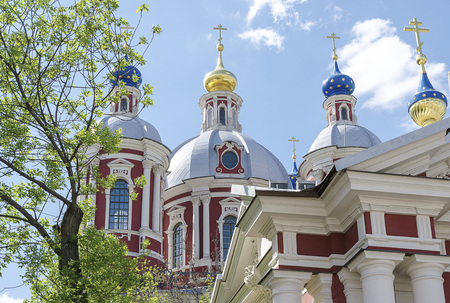 Russian Orthodox monastery church in sunny weather blue sky. Standard-Bild - 101246065