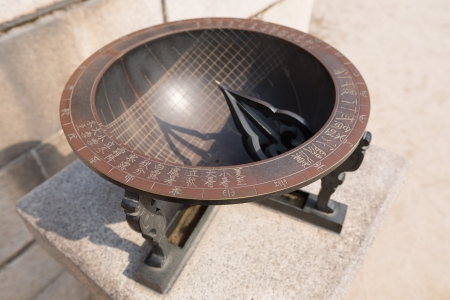RELOJ DE SOL: Reloj de sol hecho en la �poca de la Dinast�a Joseon y se muestran en Gyeongbokgung, Se�l, Corea del Sur Foto de archivo