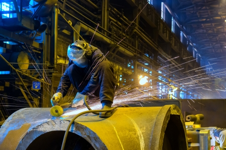 soldadura: Trabajador maneja metales producto Foundry Foto de archivo