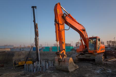 maquinaria pesada: Excavadora en la nueva obra de construcción