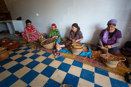 cooperativismo: Essaouira, Marruecos NOVIEMBRE 5: las mujeres que trabajan en una cooperativa para la producción de frutos de argán en Essaouira, Marruecos, 5 de noviembre de 2013. Sólo las mujeres trabajan en estas cooperativas Editorial