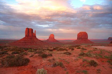 Monument Valley al atardecer (América)  Foto de archivo