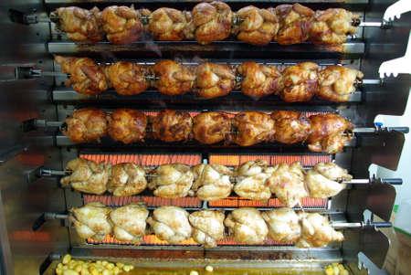 pollo rostizado: Vista de una parrilla de pollo en un mercado al aire libre. Foto de archivo
