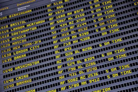 timetable: Dettaglio vista di un tipico aeroporto informazioni bordo. Editoriali