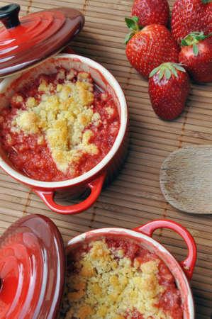 Close-up view on a strawberry crumble in ramekins. Standard-Bild