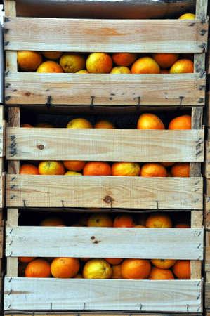 Image verticale de caisses en bois avec des oranges.