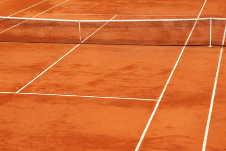 Simple image of a tennis base in clay. Standard-Bild