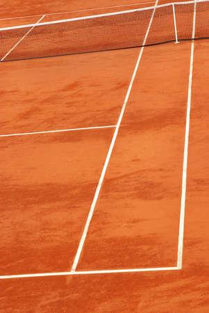 Verticale de l'image d'un court de tennis en terre battue.