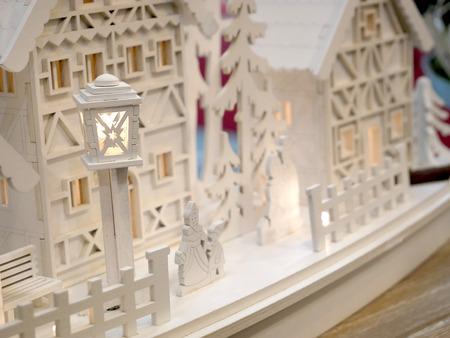 Pequeñas casas de Navidad de juguete con postes de luz vintage. Bienes raíces, vacaciones, Navidad, miniatura Foto de archivo