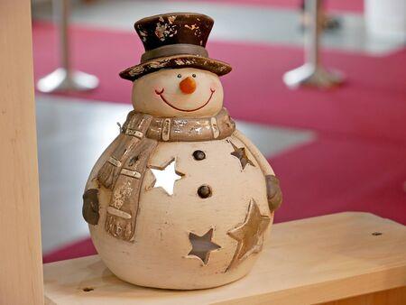 Muñeco de nieve decorativo de Navidad. Feliz año nuevo plantilla de tarjeta de felicitación. Foto de archivo