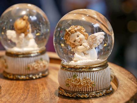 Ángel decorativo en una bombilla de vidrio Foto de archivo