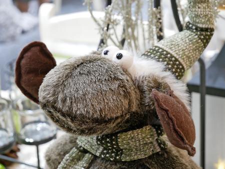 Divertido reno de Navidad con sombrero.