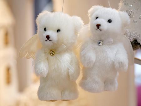 Adornos de Navidad en forma de osos de peluche blancos Foto de archivo