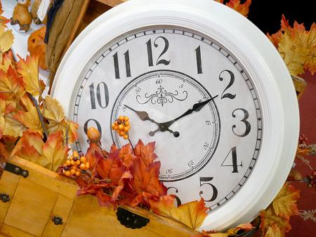 Reloj vintage en otoño hojas decorativas. Foto de archivo