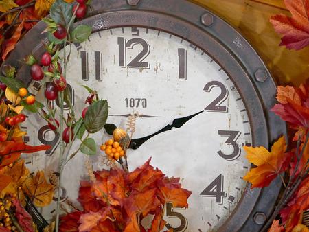 Reloj de la vendimia con la decoración de la hoja de otoño.