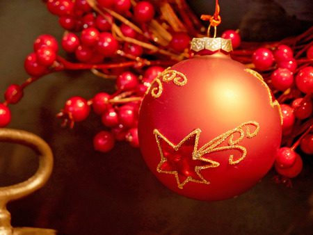 Red Christmas bauble on christmas tree Foto de archivo
