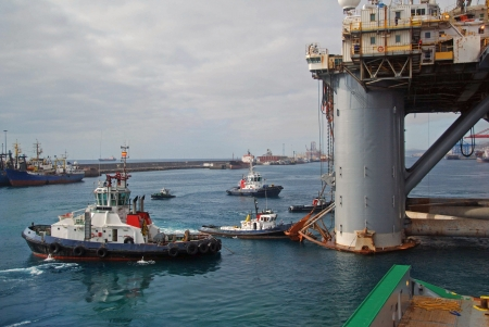 Towing of an Semi submersible rig out from Las Palmas. Stock Photo - 4704617