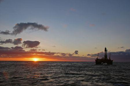 torres petroleras: Plataforma de aceite en la puesta de sol.