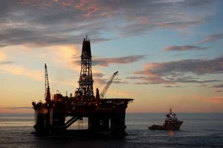 Anker afhandeling van een semi dom pel olie platform in de Noordzee.