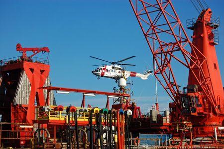 petrochemistry: Helic�ptero aterrizando en una plataforma de petr�leo Submersible Semi en el mar del Norte.  Foto de archivo
