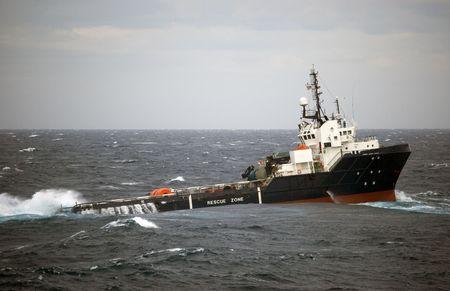 plataforma petrol�fera: Buque de control de anclaje azul oscuro participan en la barcaza de manipulaci�n en mar del Norte