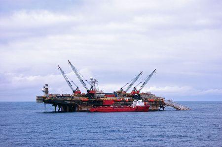 tug: Nave a fianco posatubi chiatta nel mare del Nord